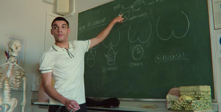 Rahim explicando cómo usar una lavativa en Sex Education 2